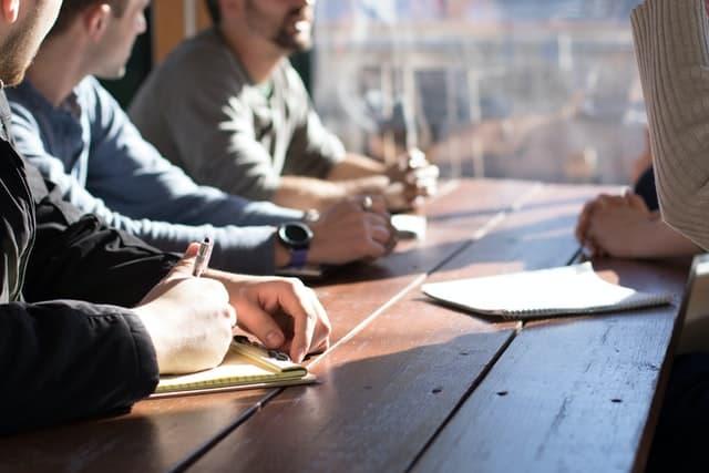 Zusammenarbeit am Tisch
